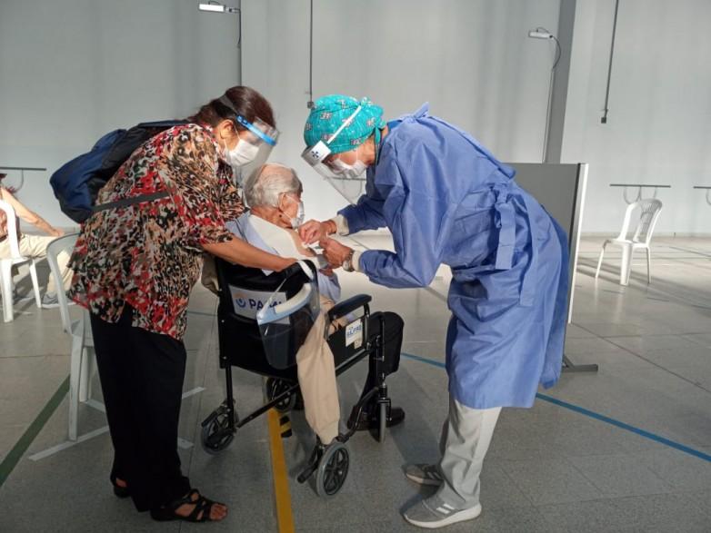 Vacunar contra el COVID-19 a los mayores de 80 años