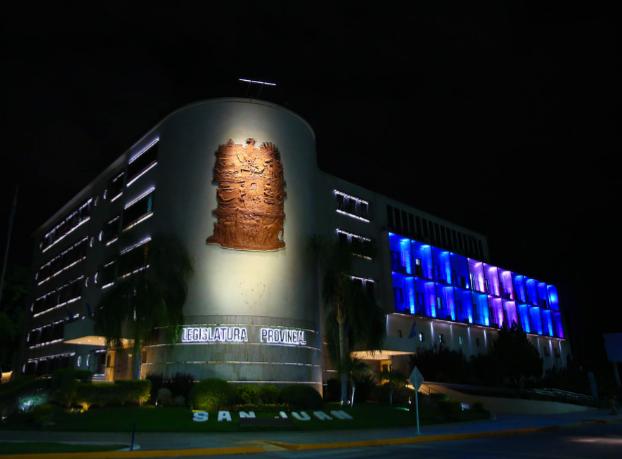 El edificio legislativo en celeste y blanco por el Día de la Memoria