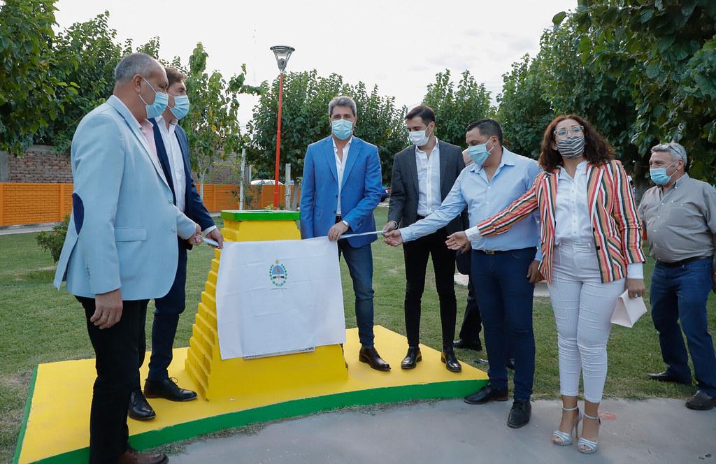 Uñac inauguró obras y anunció la construcción de 300 viviendas en Angaco