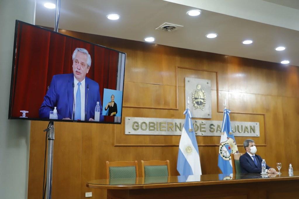 El Gobernador Uñac siguió el discurso del presidente Alberto Fernández.